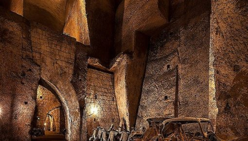 Tra cunicoli e sotterranei, il grande fascino della Galleria Borbonica